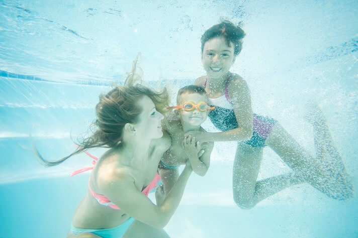 happy-family-swimming-underwater-mother-son (1)